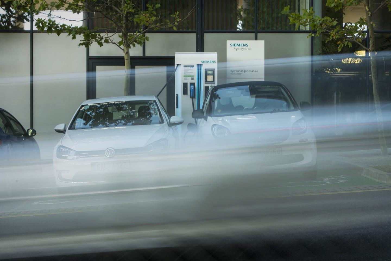 Veřejná nabíjecí stanice Siemens v Praze Stodůlkách, nabíjení elektromobilů je zde zdarma